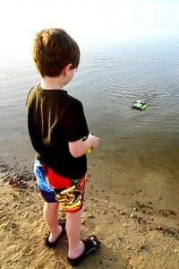 enfant joue bateau rc