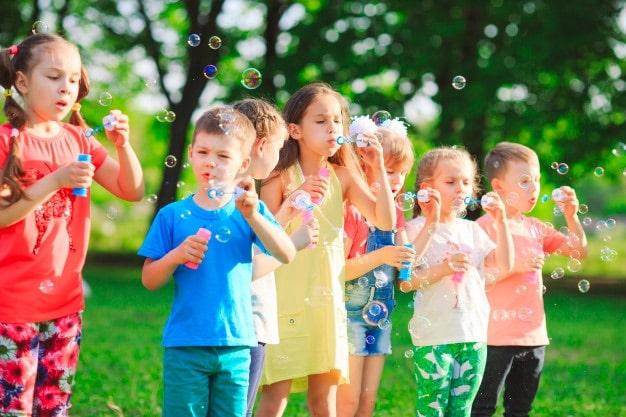 enfants qui font des bulles de savon