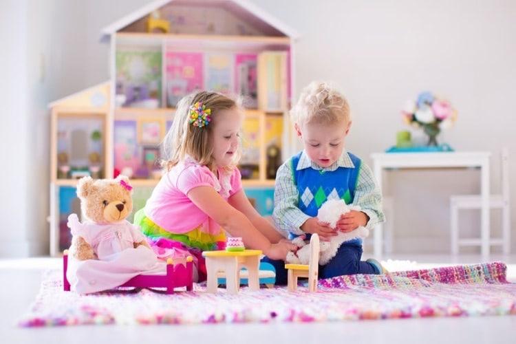 garcon et fille jouant à la poupée