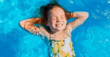 enfant dans piscine