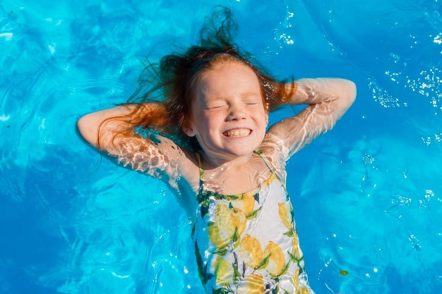 enfant dans piscine
