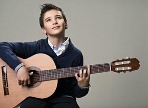 garçon jour guitare en bois classique