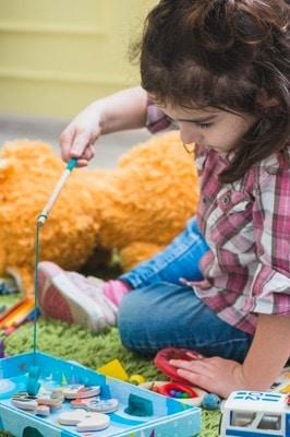 fille joue au jeu de pêche aimanté
